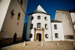 ROTTENBUCH, DEUTSCHLAND - 18. JUNI: Der Eingang zur Rottenbuch-Abteikirche (Kloster Rottenbuch) Lizenzfreie Stockfotos