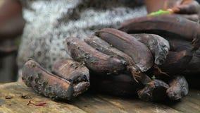Rottende bananen voor verkoop, Conakry stock videobeelden