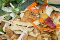 Rottende keukenvruchten en plantaardig afval voor compost royalty-vrije stock foto