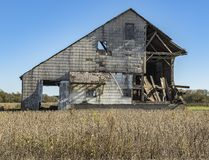 Rottende schuur op een plattelandsgebied Royalty-vrije Stock Foto's