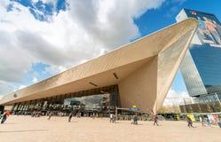 ROTTERDAM - 10. APRIL 2015: Touristen in Rotterdam Centraal dieses Stockfotos