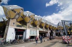 Rotterdam, die Niederlande - 9. Mai 2015: Leute um Würfel-Häuser in Rotterdam Stockbilder