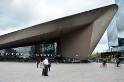Rotterdam, die Niederlande - 9. Mai 2015: Passagiere an Rotterdam-Hauptbahnhof Stockfoto
