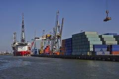 rotterdam Großer Hafenkran, der einen Seebehälter anhebt Lizenzfreie Stockbilder