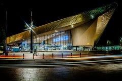 Rotterdam-Hauptbahnhof nachts lizenzfreies stockbild