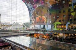 Rotterdam, holandie - Maj 9, 2015: Ludzie robi zakupy w Markthal w Rotterdam Zdjęcie Royalty Free