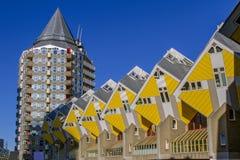 ROTTERDAM, holandie na 07 Styczniu, 2018 Sześcianów domy drapacze chmur w centrum Rotterdam i, tło z niebieskim niebem Fotografia Royalty Free