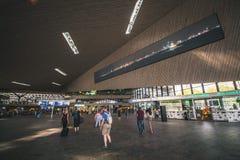 Rotterdam, holandie - Około 2018: Wśrodku Rotterdam Centraal stacji obrazy stock