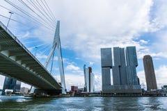 Rotterdam horisont med den Erasmus Bridge Kop van Zuid grannskapen, Nederländerna royaltyfri foto