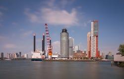 Rotterdam horisont med skepp på skeppsdockan Arkivbild