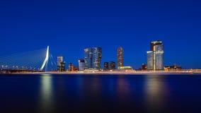 Rotterdam horisontcityscape vid natten, Erasmus-bron, Nederländerna reser i Europa royaltyfria foton