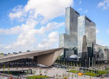 Rotterdam, horizon néerlandais de place financière, y compris la station centrale, qui est un hub important de transport avec 110 Photo stock