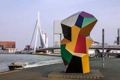 Rotterdam i Nederländerna: Erasmus Bridge och hamn Royaltyfri Bild