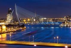 Rotterdam jette un pont sur le crépuscule images libres de droits