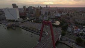 Rotterdam le soir, vue aérienne banque de vidéos