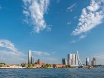 Rotterdam miasta pejzażu miejskiego linia horyzontu z Erasmus rzeką i mostem Południowy Holandia, holandie Fotografia Royalty Free