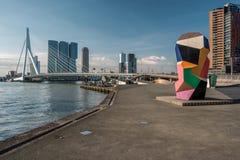 Rotterdam miasta pejzażu miejskiego linia horyzontu z Erasmus rzeką i mostem Południowy Holandia, holandie Zdjęcia Stock