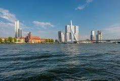 Rotterdam miasta pejzażu miejskiego linia horyzontu z Erasmus rzeką i mostem Południowy Holandia, holandie Zdjęcie Stock