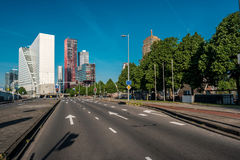 Rotterdam miasta pejzażu miejskiego linia horyzontu z pustą drogą, Południowy Holandia, holandie Zdjęcie Stock