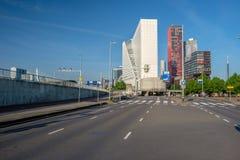 Rotterdam miasta pejzażu miejskiego linia horyzontu z pustą drogą, Południowy Holandia, holandie Fotografia Royalty Free