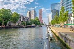 Rotterdam miasta pejzażu miejskiego linia horyzontu z wodnym kanałem w przodzie, Południowy Holandia, holandie Zdjęcia Royalty Free