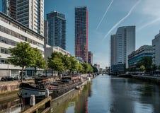 Rotterdam miasta pejzażu miejskiego linia horyzontu z wodnym kanałem w przodzie, Południowy Holandia, holandie Obrazy Stock