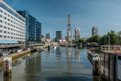 Rotterdam miasta pejzażu miejskiego linia horyzontu z wodnym kanałem w przodzie, Południowy Holandia, holandie Obraz Royalty Free