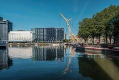 Rotterdam miasta pejzażu miejskiego linia horyzontu z wodnym kanałem w przodzie, Południowy Holandia, holandie Zdjęcie Royalty Free