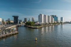 Rotterdam miasta pejzażu miejskiego linii horyzontu Nieuwe Maas Rhine rzeka w przodzie, Południowy Holandia, holandie Obrazy Royalty Free