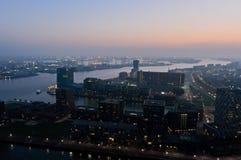 Rotterdam-Nachtansicht zu den Stadt-Skylinen stockfotografie