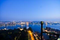 Rotterdam-Nachtansicht zu den Stadt-Skylinen lizenzfreie stockfotografie