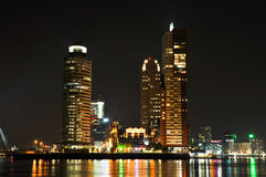 Rotterdam nattsikt av centra Royaltyfri Foto