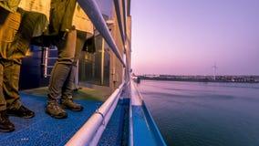ROTTERDAM NEDERLÄNDERNA - APRIL 19 2018: P- och nolla-färjastolthet av skrovet som lämnar den Rotterdam hamnen lager videofilmer
