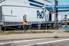 Rotterdam Nederländerna - April 19 2018: P och nollan färjer att förbereda sig att gå att skala, medan gataarbetaren bär en trumm royaltyfria foton