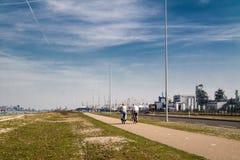 Rotterdam Nederländerna - April 20 2018: Par som rider deras cyklar på Europoort Arkivbilder