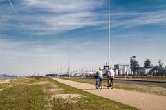 Rotterdam Nederländerna - April 20 2018: Par som rider deras cyklar på Europoort Arkivbild