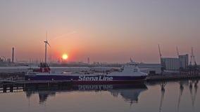 Rotterdam, Nederland - April 20 2018: Luchtmening van het schip van Stena Line tijdens zonsondergang stock videobeelden