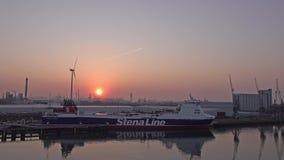 Rotterdam, Nederland - April 20 2018: Luchtmening van het schip van Stena Line tijdens zonsondergang stock video
