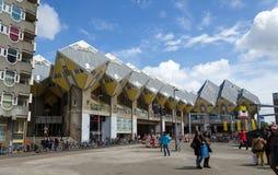 Rotterdam, Nederland - Mei 9, 2015: De Kubushuizen van het toeristenbezoek in Rotterdam Stock Afbeelding