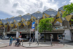 Rotterdam, Nederland - Mei 9, 2015: De Kubushuizen van het toeristenbezoek in Rotterdam Stock Foto