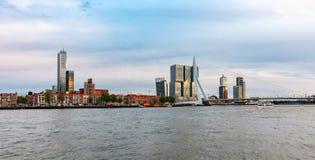 Rotterdam, orizzonte olandese e ponte di ERASMUS nel pomeriggio fotografia stock