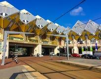Rotterdam/Países Baixos - 5 de junho de 2018: Casas Kubuswoningen do cubo projetado pelo arquiteto Piet Blom no centro de Rotterd fotografia de stock royalty free