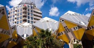 ROTTERDAM, PAÍSES BAIXOS - 4 de junho de 2017: Cube as casas ou o Kubuswoningen e o Het Potlood no fundo Imagem de Stock Royalty Free