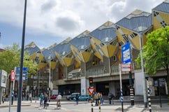 Rotterdam, Países Baixos - 9 de maio de 2015: Casas do cubo da visita do turista em Rotterdam Foto de Stock Royalty Free