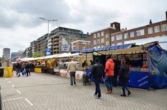 Rotterdam, Países Baixos - 9 de maio de 2015: Clientes não identificados no mercado de rua em Rotterdam Foto de Stock Royalty Free
