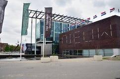 Rotterdam, Países Baixos - 9 de maio de 2015: Museu do Het Nieuwe Institut da visita dos povos em Rotterdam Imagens de Stock