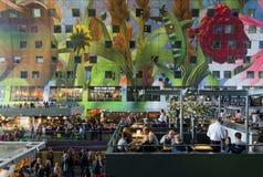 Rotterdam, Países Baixos - 9 de maio de 2015: Povos que compram em Markthal em Rotterdam Fotografia de Stock Royalty Free