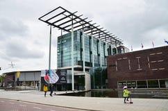 Rotterdam, Países Bajos - 9 de mayo de 2015: Museo del Het Nieuwe Institut de la visita de la gente Imágenes de archivo libres de regalías