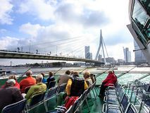 ROTTERDAM, PAÍSES BAJOS - 3 DE SEPTIEMBRE DE 2016: Los turistas en el barco de Spido viajan mirando para arriba a Erasmus Bridge  Fotografía de archivo libre de regalías