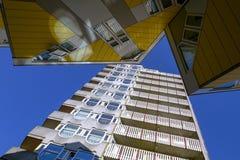 ROTTERDAM, PAESI BASSI il 1° luglio 2015 Cubi le case e dei grattacieli nel centro di Rotterdam, un fondo con un cielo blu Fotografie Stock